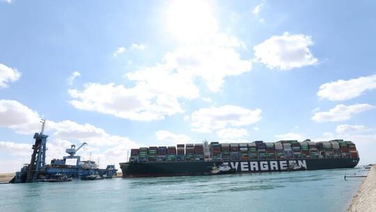 """سفينة الحاويات العملاقة """"إيفر غيفن"""" في قناة السويس"""